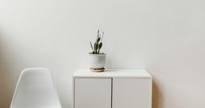 シンプルな棚と椅子