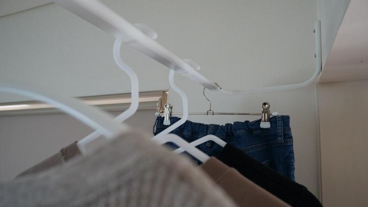 洗濯物を干している