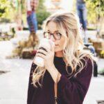 女性がコーヒーを飲んでいる